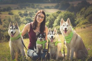 Therapeutin Kay Schwahn mit den Therapiehunden Nanouk, Linus, Ulani und Akira